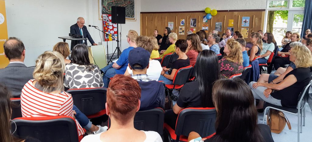 Ruby Rikken opent de mini conferentie met een speech over Vitale Verbindingen