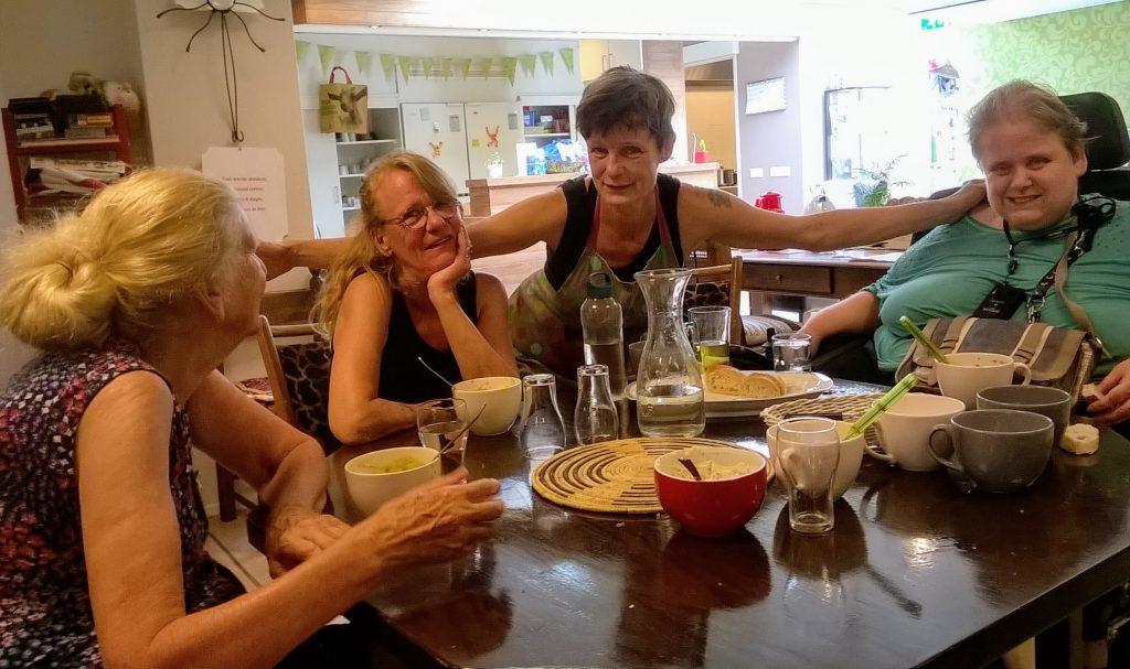 Soepmaakster Judith met Zomerschoolbezoeksters