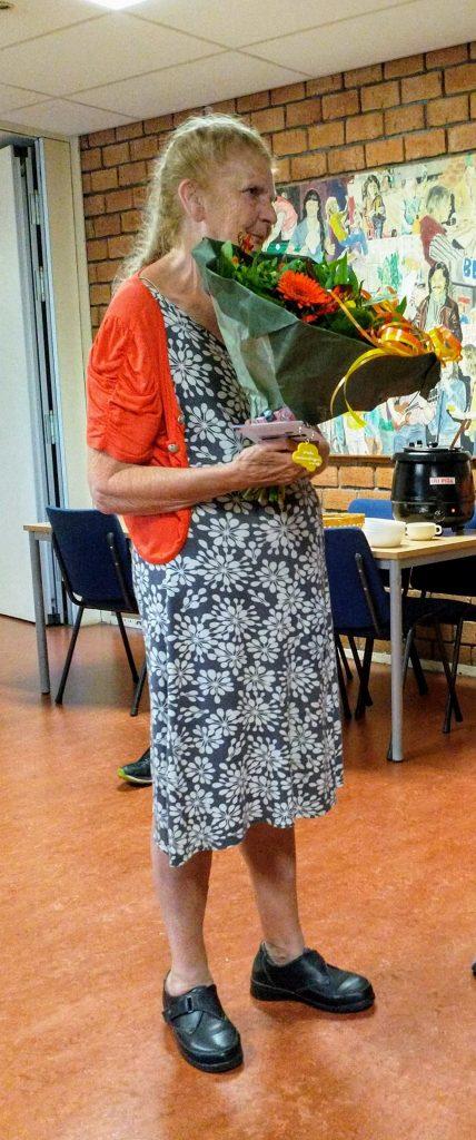 Margriet is blij met het bloemetje als gebaar van steun