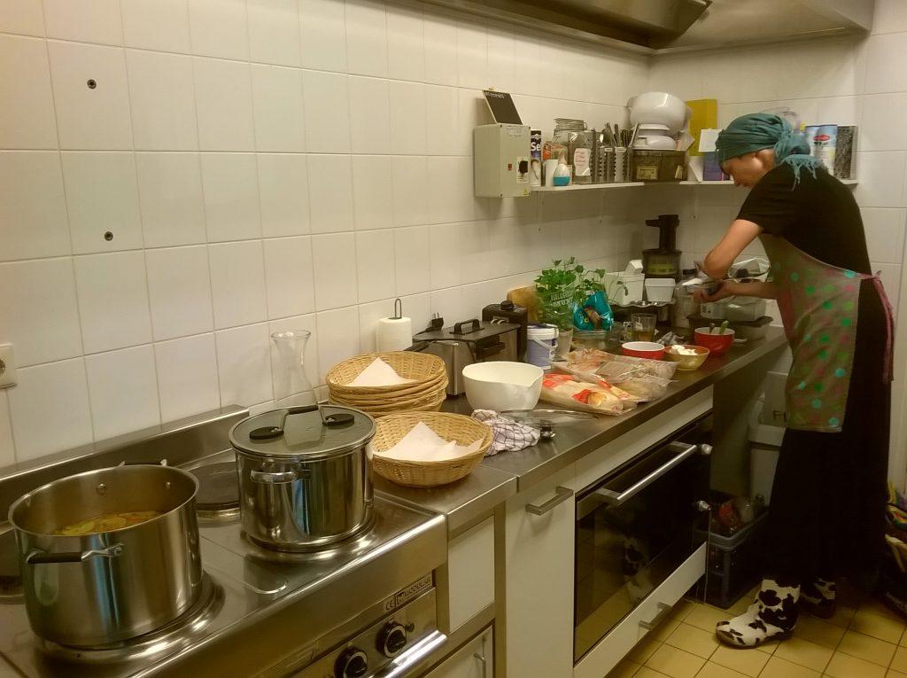 Judith druk bezig in de keuken